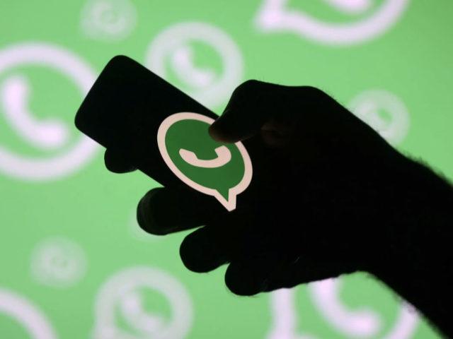 Smartphone con icono de WhatsApp
