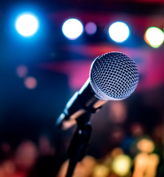 Micrófono en sala de karaoke